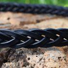 Dettaglio della cintura da uomo in cuoio intrecciato con fibbia in acciaio inox.
