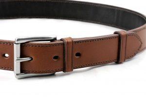 Dettaglio della cintura da uomo in cuoio foderato con fibbia in acciaio inox.
