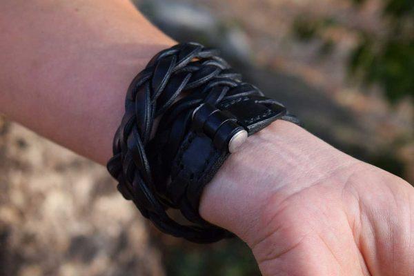 Bracciale in cuoio intrecciato a 4 spire realizzato in cuoio nero, dettaglio della chiusura.