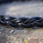 Bracciale in cuoio intrecciato a 4 spire realizzato in cuoio nero, dettaglio dell'intreccio.