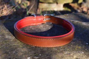 Collare in cuoio con imbottitura taglia L realizzato su misura in cuoio nocciola con imbottitura in pelle rossa.