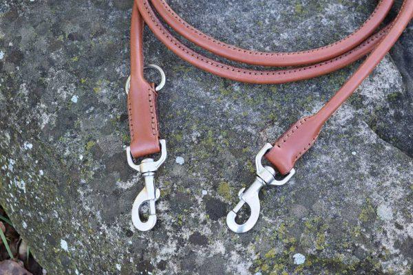 Dettaglio moschettoni del guinzaglio tubolare da addestramento taglia L realizzato in cuoio nocciola con moschettoni in acciaio inox.